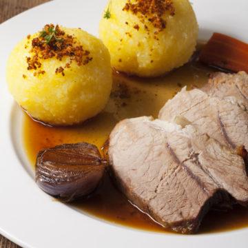 Bayerischer Schweinebraten und Kartoffelknödel